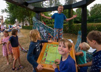Zwolle - speelveld Van Haersoltemarke  Foto: Sebastian Snitjer bedacht een ontmoetingsplek voor de buurt: een spelletjeshut. Het speelbord kan draaien om diverse spelletjes te spelen, de stenen liggen bij verschillende huizen in de buurt. COPYRIGHT ALEX MULDER